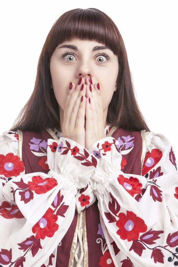 Porträt der erschrockenen kaukasischen Frau Aufstellung mit den Händen, die Mund schließen stockfoto