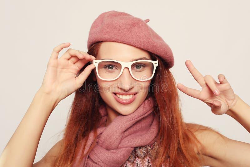 Porträt der erstaunlichen blonden Frau, die rosa Kleidung und Brillen trägt lizenzfreies stockbild