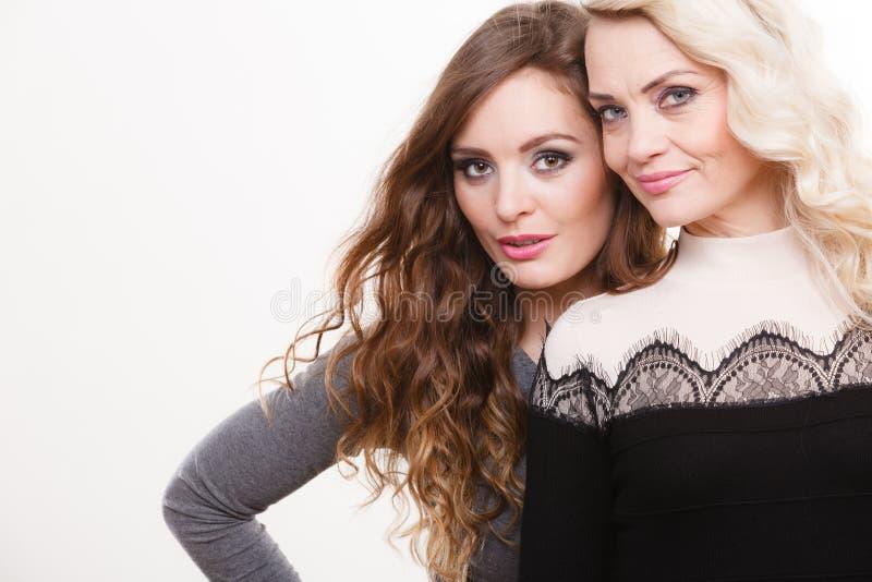 Porträt der erwachsenen Mutter und Tochter lizenzfreie stockbilder