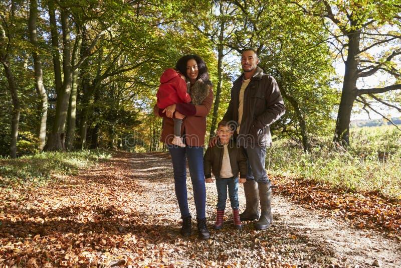 Porträt der Familie auf Autumn Walk In Woodland Together stockfotos