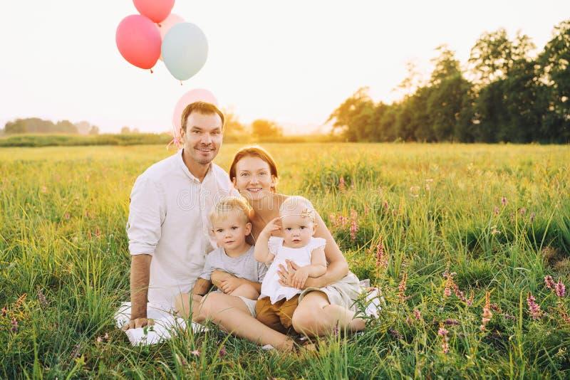 Porträt der Familie draußen auf Natur lizenzfreie stockfotos