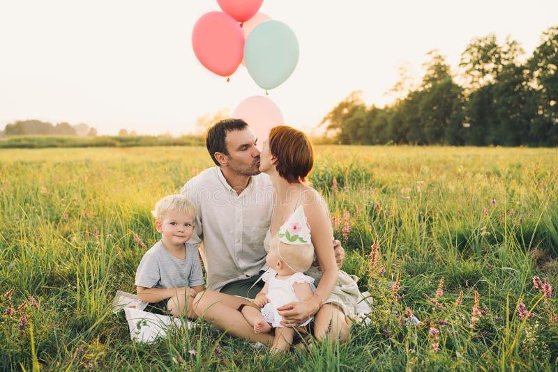 Porträt der Familie draußen auf Natur lizenzfreies stockbild