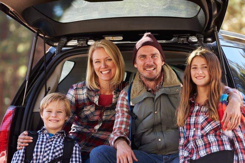 Porträt der Familie durch ihr Auto bevor dem Wandern, Nahaufnahme stockfotografie