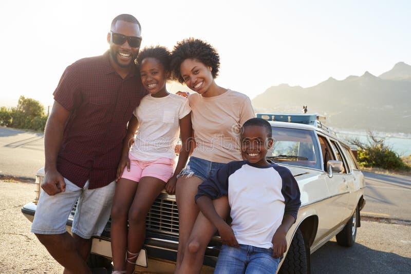Porträt der Familie stehend nahe bei Oldtimer lizenzfreie stockfotografie
