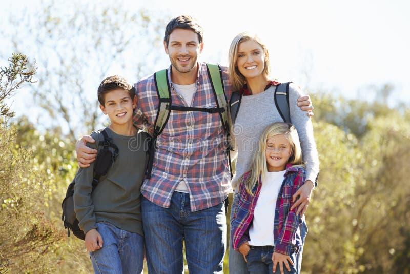 Porträt der Familie wandernd in der Landschaft lizenzfreie stockfotografie