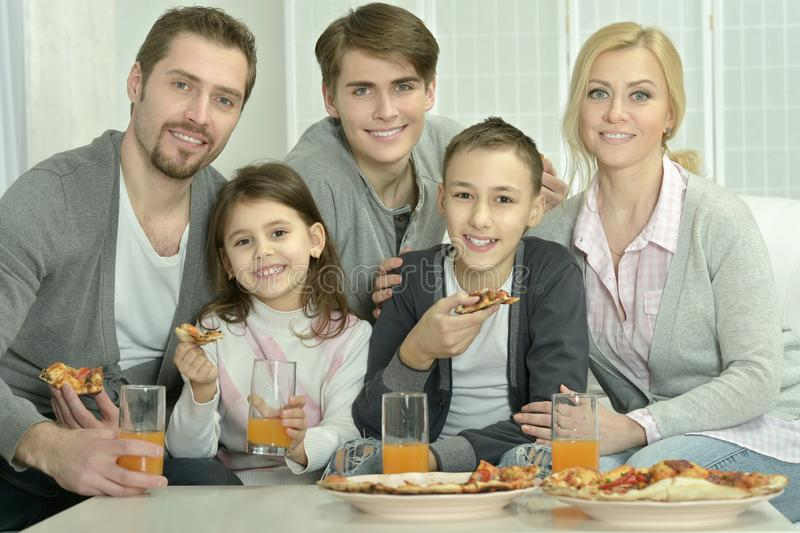 Porträt der Familie zu Hause mit Pizza stockbild