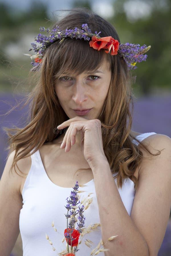 Porträt der Frau auf dem Lavendelgebiet lizenzfreie stockbilder
