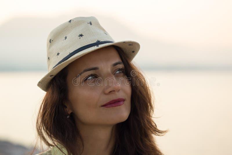Porträt der Frau beige Hut tragend lizenzfreie stockfotos