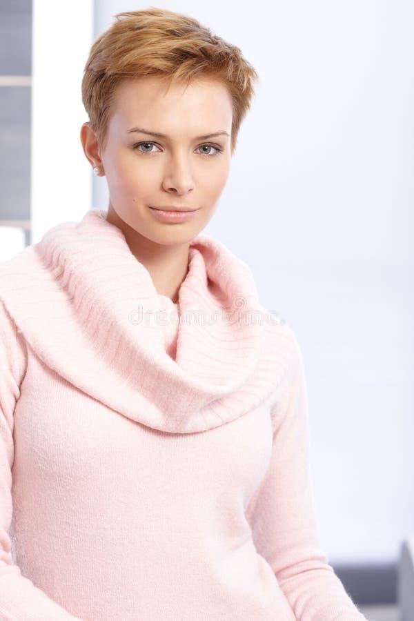 Porträt der Frau des recht kurzen Haares lizenzfreies stockbild