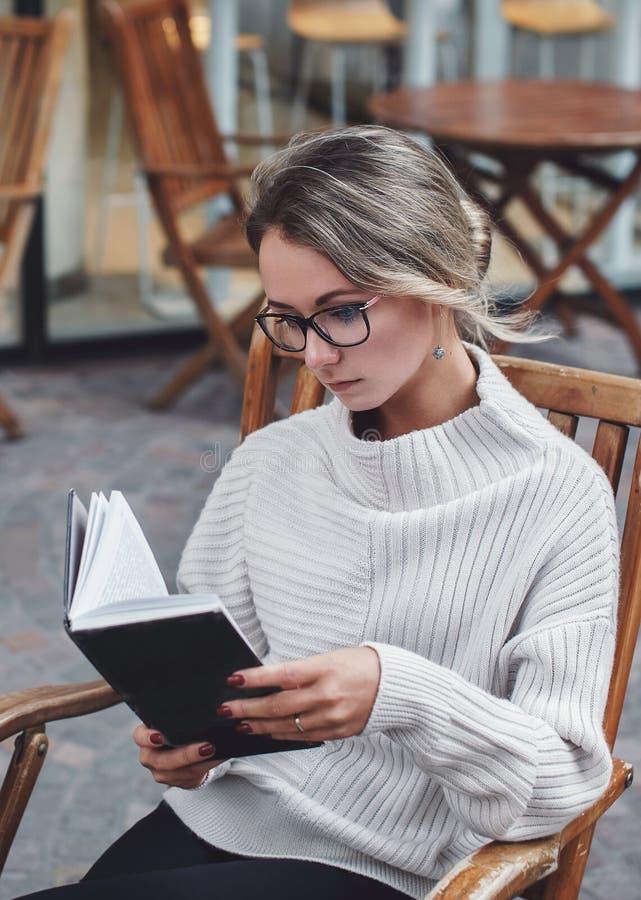Porträt der Frau ein Buch draußen lesend lizenzfreies stockfoto