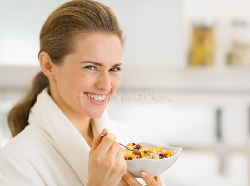 Porträt der Frau im Bademantel Frühstück essend stockbild