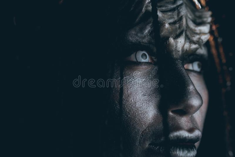 Porträt der Frau im Bild des außerirdischen Ausländers mit demoni lizenzfreie stockbilder