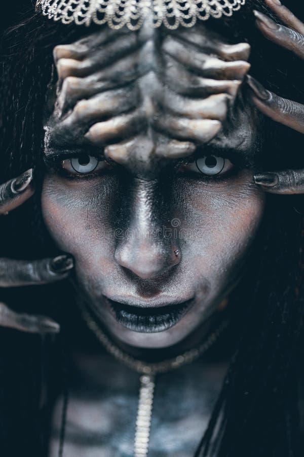 Porträt der Frau im Bild des außerirdischen Ausländers mit Hörnern lizenzfreies stockbild