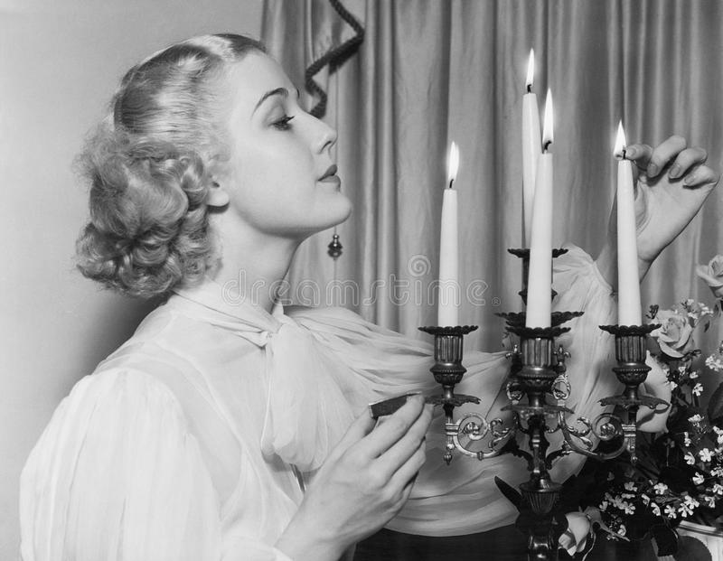 Porträt der Frau Kerzen beleuchtend (alle dargestellten Personen sind nicht längeres lebendes und kein Zustand existiert Lieferan lizenzfreies stockfoto