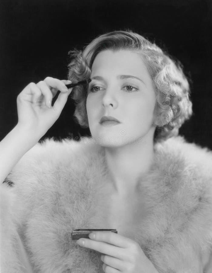 Porträt der Frau Make-up anwendend (alle dargestellten Personen sind nicht längeres lebendes und kein Zustand existiert Lieferant lizenzfreie stockbilder