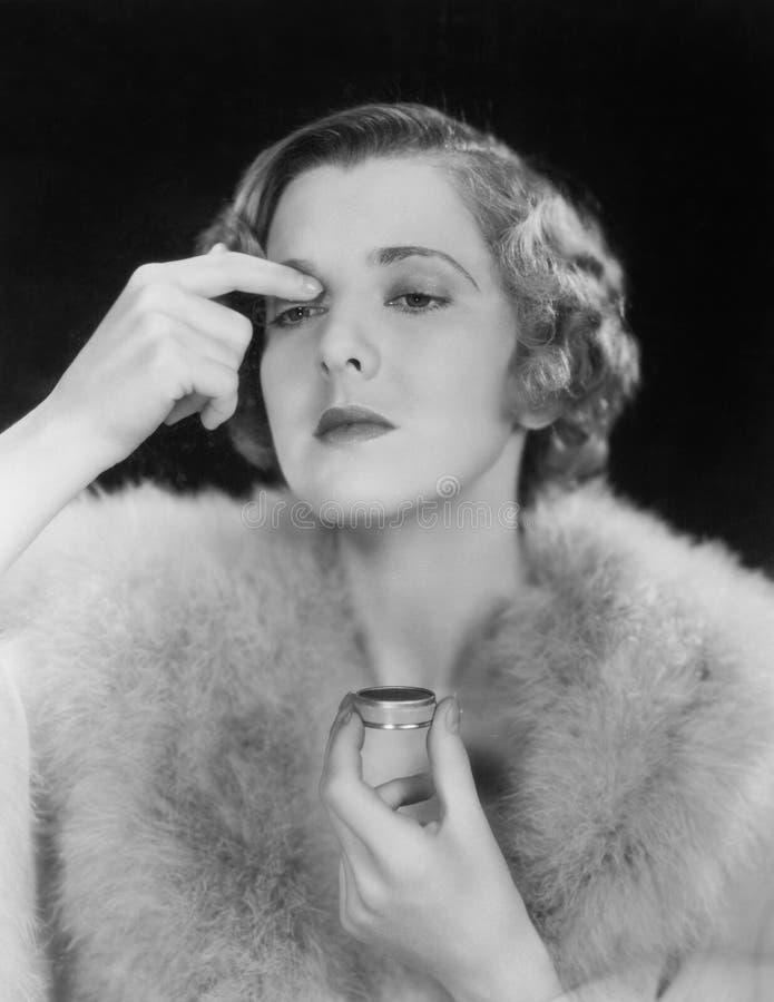 Porträt der Frau Make-up anwendend (alle dargestellten Personen sind nicht längeres lebendes und kein Zustand existiert Lieferant stockbild