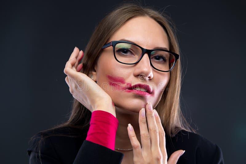 Porträt der Frau mit beflecktem Lippenstift lizenzfreie stockfotos