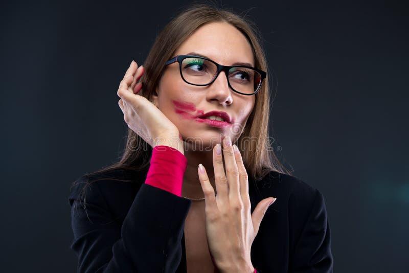 Porträt der Frau mit beflecktem rotem Lippenstift lizenzfreies stockbild