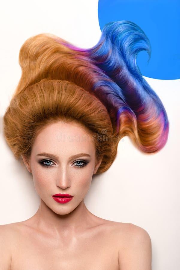 Porträt der Frau mit dem bunten Haar stockfotografie