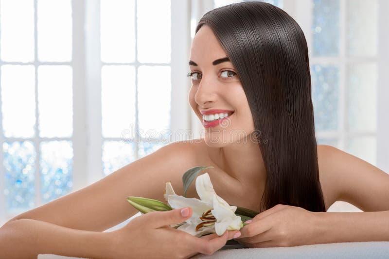 Porträt der Frau mit dem schönen Haar im Badekurortsalon lizenzfreies stockbild