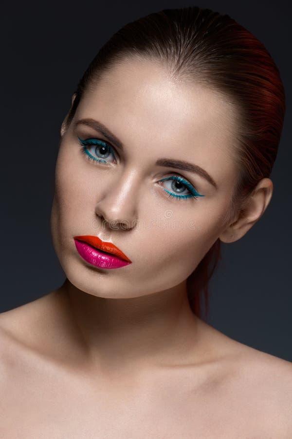 Porträt der Frau mit einem kreativen Make-up stockfotos