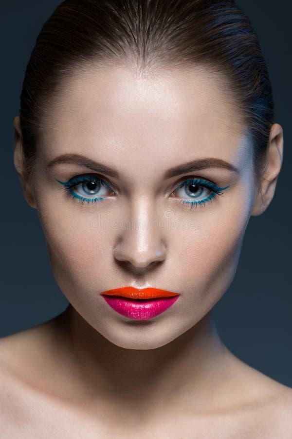 Porträt der Frau mit einem kreativen Make-up stockbild