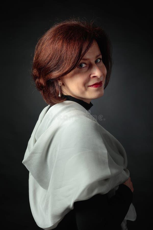 Porträt der Frau mit grauem Schal lizenzfreie stockbilder