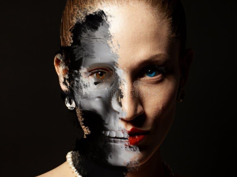Porträt der Frau mit Halloween-Schädel bilden stockbilder