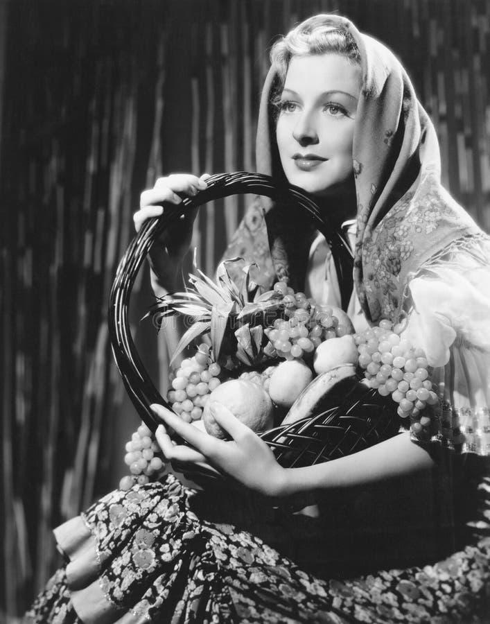 Porträt der Frau mit Korb der Frucht (alle dargestellten Personen sind nicht längeres lebendes und kein Zustand existiert Liefera lizenzfreie stockfotos