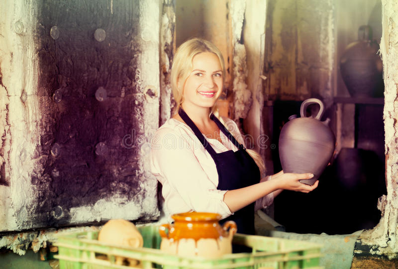 Porträt der Frau mit schwarzem Glasurtopf lizenzfreie stockfotografie