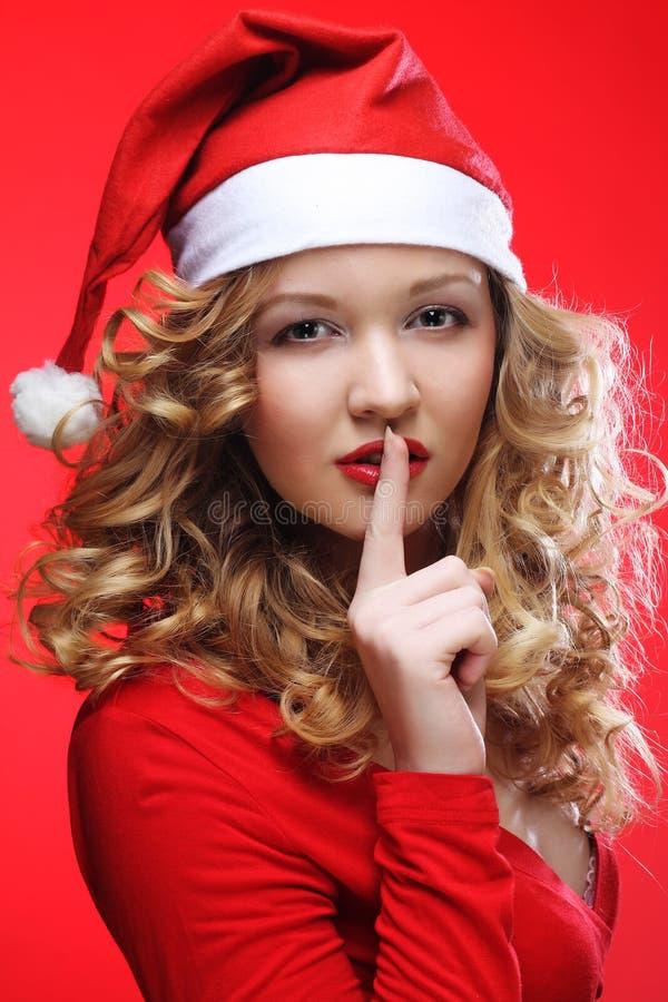 Porträt der Frau in Santa& x27; s-Hut stockfoto
