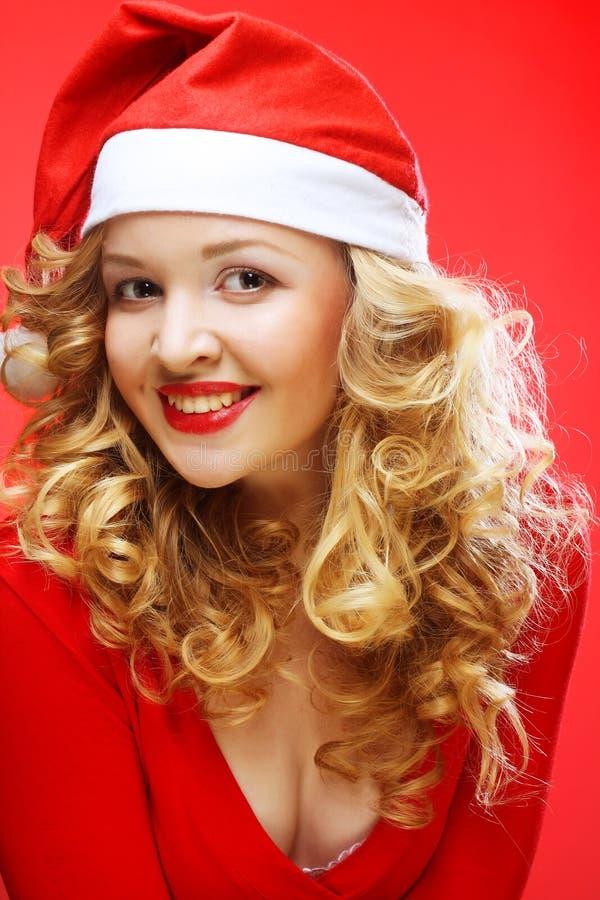 Porträt der Frau in Santa& x27; s-Hut lizenzfreie stockbilder