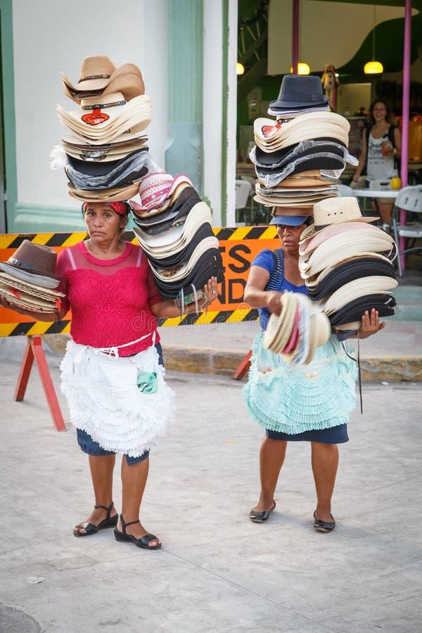 Porträt der Frau von Nicaragua, Hüte auf der Straße verkaufend lizenzfreie stockbilder