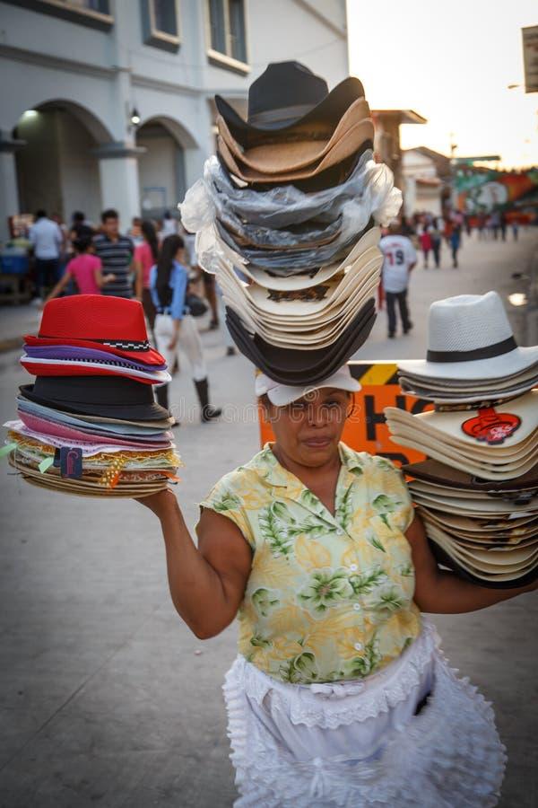 Porträt der Frau von Nicaragua, Hüte auf der Straße verkaufend stockbilder
