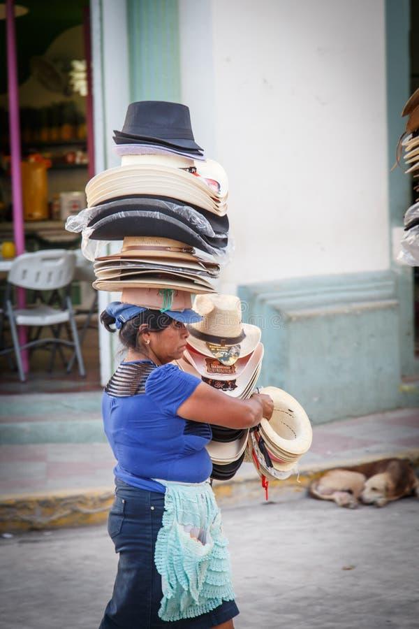 Porträt der Frau von Nicaragua, Hüte auf der Straße verkaufend stockfotos