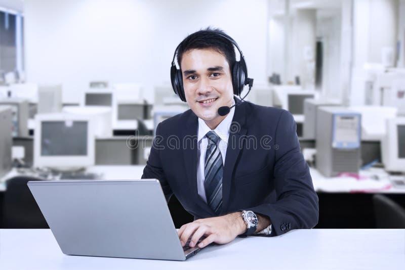 Porträt der freundlichen Kundenbetreuung stockfoto