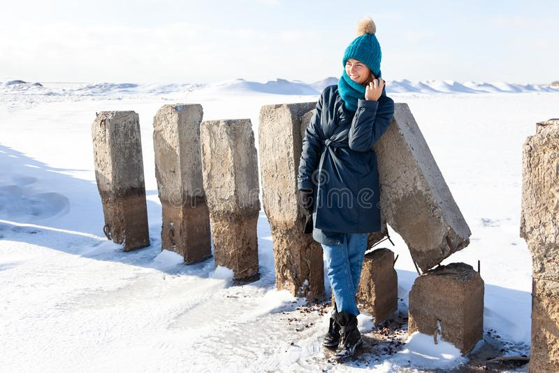 Porträt der frohen Frau im Winter lizenzfreie stockbilder