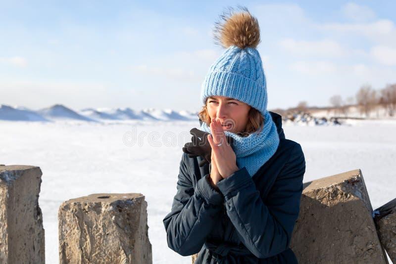 Porträt der frohen Frau im Winter stockfotografie