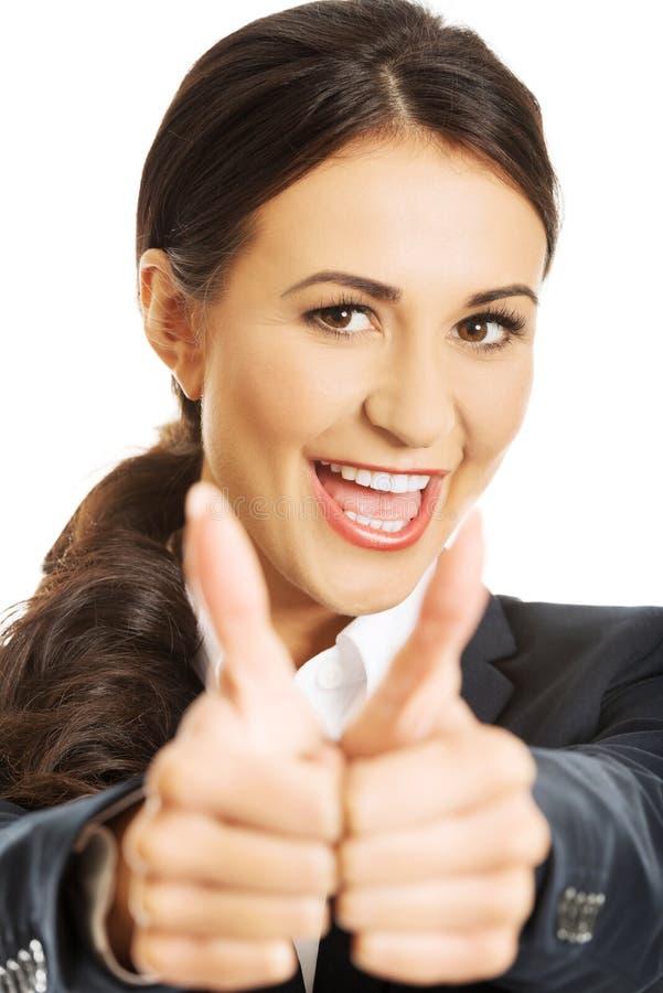 Porträt der Geschäftsfrau Daumen zeigend stockfotos