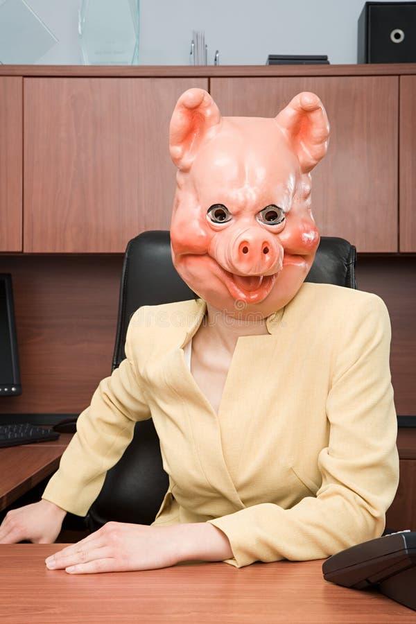 Porträt der Geschäftsfrau in einer Schweinmaske lizenzfreies stockbild