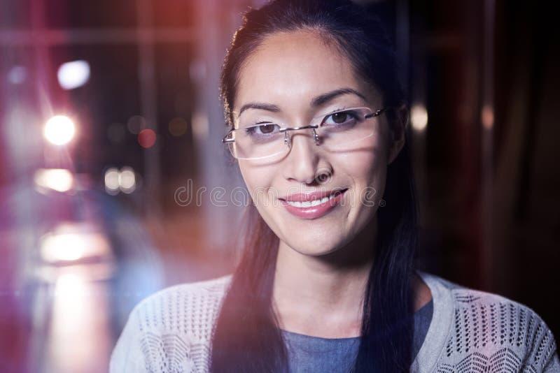 Porträt der Geschäftsfrau im Schauspiel lizenzfreie stockbilder