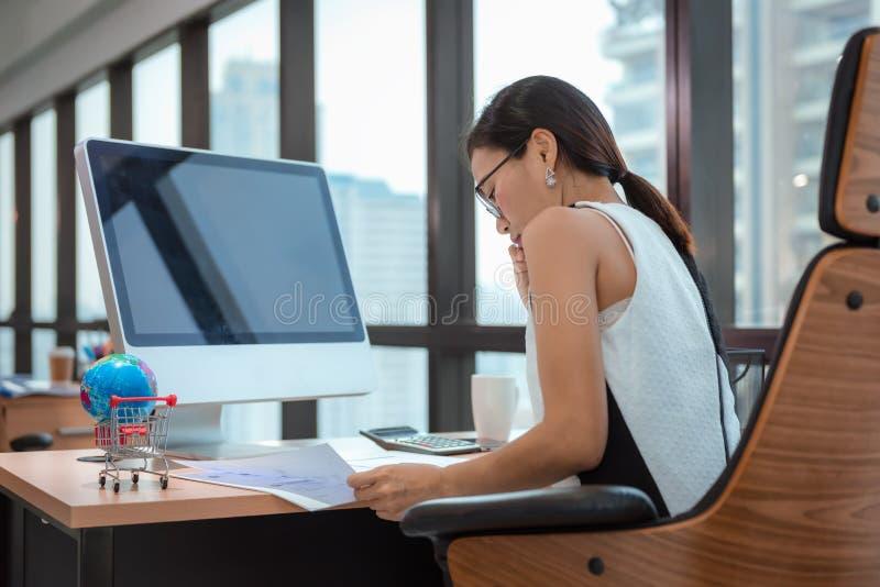 Porträt der Geschäftsfrau ist Woking auf ihrem Tabellen-Desktop an Büro-Arbeitsplatz, attraktive schöne Geschäftsfrau ist Konzent lizenzfreie stockfotos