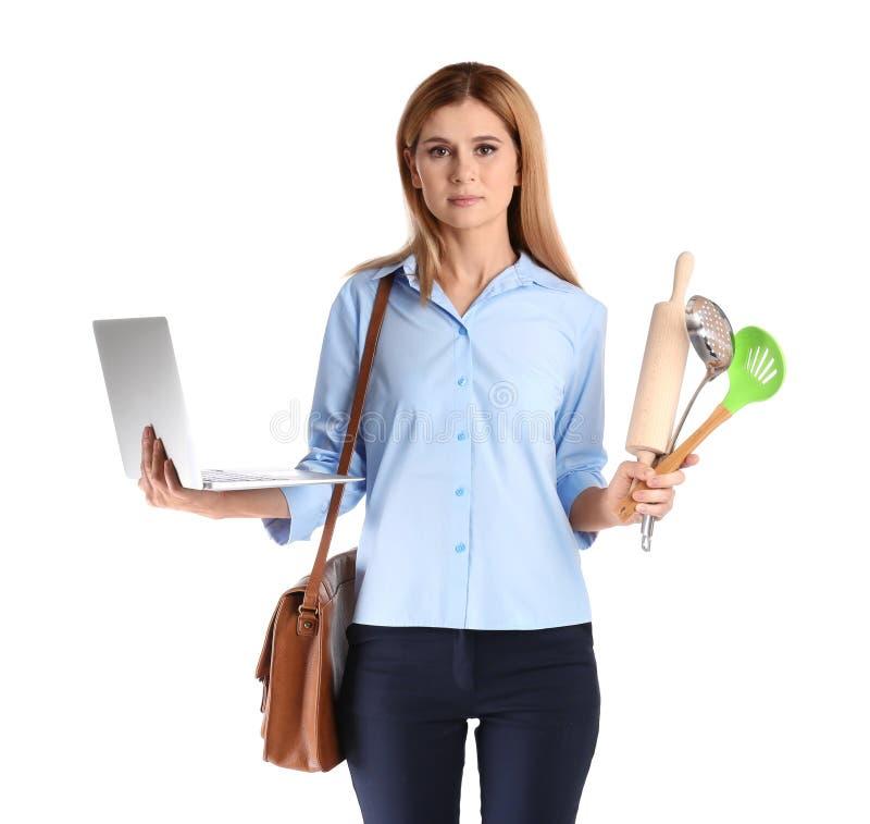 Porträt der Geschäftsfrau mit Aktenkofferholdingküchengeräten und -laptop auf weißem Hintergrund lizenzfreie stockfotos