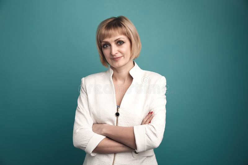Porträt der Geschäftsfrau in der weißen Jacke lokalisiert in einem Studio lizenzfreies stockfoto