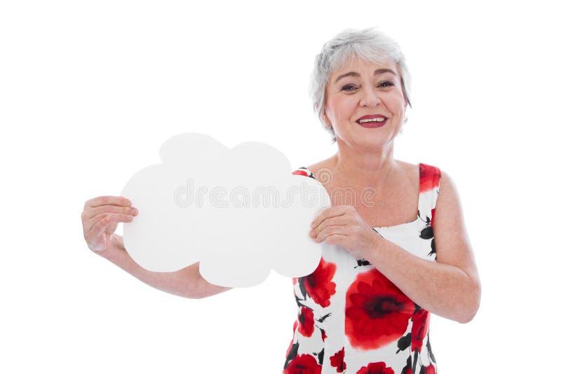 Porträt der glücklichen älteren Frau, die leeres Zeichen hält stockfotos