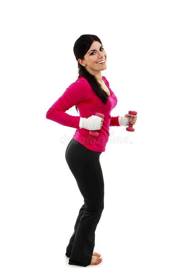 Glückliche Eignungsfrau, die mit freien Gewichten ausarbeitet lizenzfreie stockfotografie