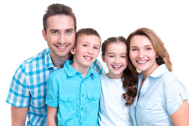 Porträt der glücklichen europäischen Familie mit Kindern stockbild