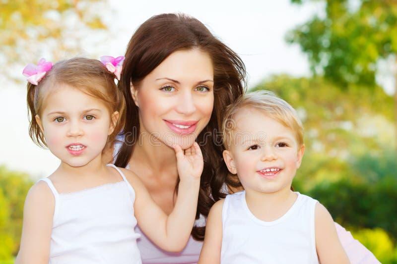 Porträt der glücklichen Familie stockbilder