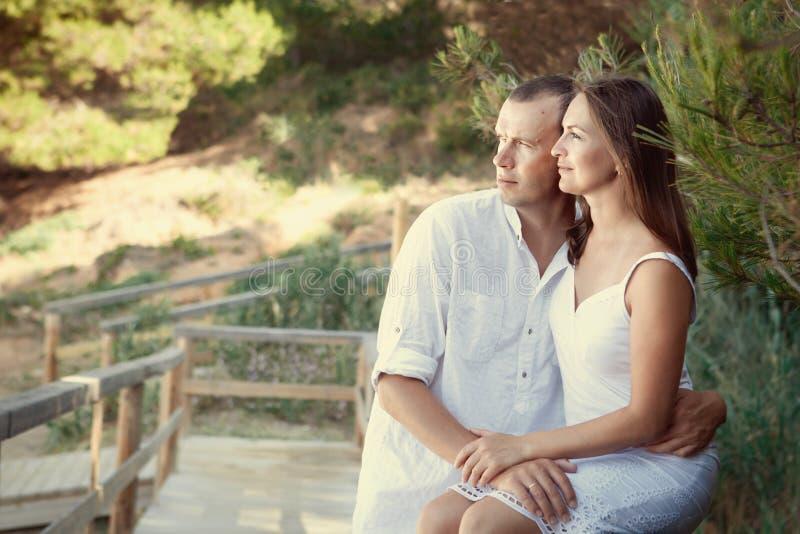 Porträt der glücklichen Familie in der weißen Kleidung stockfotos