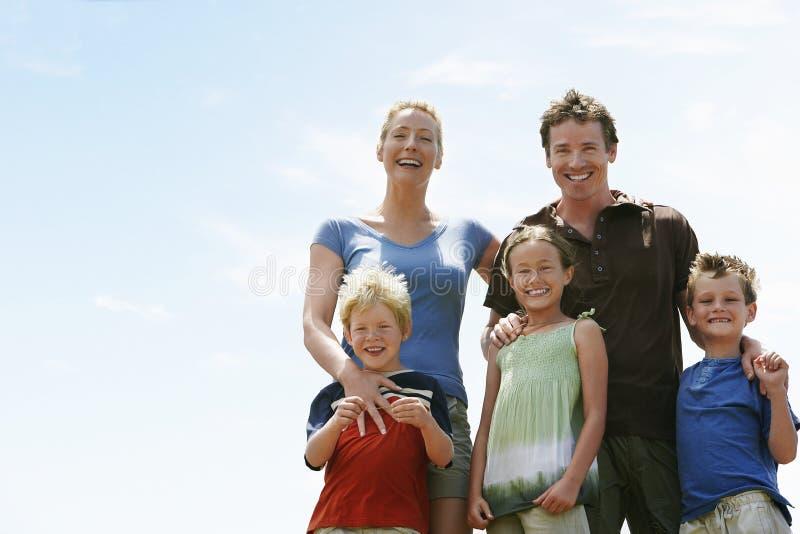 Porträt der glücklichen Familie draußen stockfotos